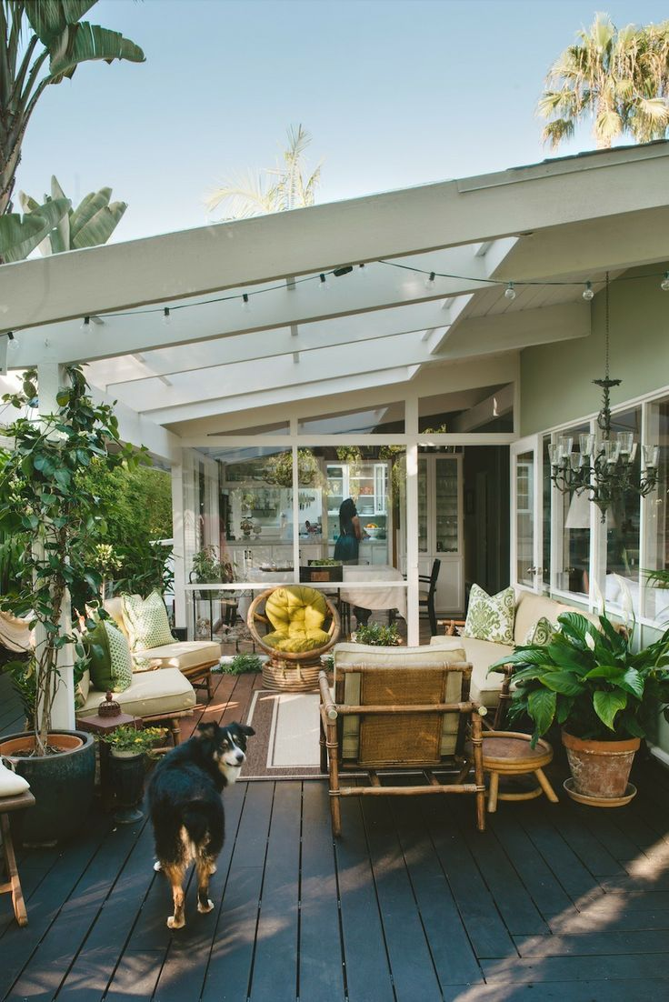 44 amazing ideas for your backyard patio and deck space for Porch rooms